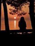 ηλιοβασίλεμα κοριτσιών στοκ φωτογραφίες με δικαίωμα ελεύθερης χρήσης