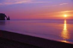 ηλιοβασίλεμα κρητιδογραφιών της Γαλλίας παραλιών etretat στοκ φωτογραφία