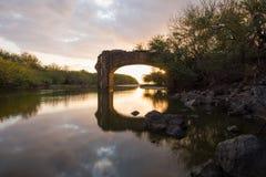 Ηλιοβασίλεμα μέσω της γέφυρας trois-Bassins στη Νήσο Ρεϊνιόν Στοκ Εικόνα