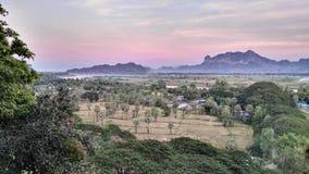 Ηλιοβασίλεμα με μια άποψη στη Βιρμανία στοκ εικόνες