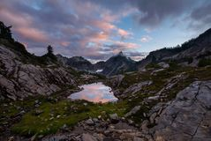 Ηλιοβασίλεμα με τα σύννεφα στα βουνά Στοκ Εικόνες