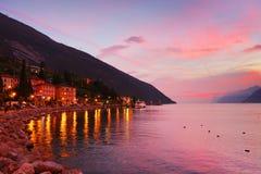 Ηλιοβασίλεμα με τα όμορφα χρώματα Lago Di Garda, Torbole sul Garda, βόρεια Ιταλία στοκ φωτογραφία