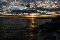 Ηλιοβασίλεμα με τα clounds στη λίμνη του Μίτσιγκαν Στοκ φωτογραφία με δικαίωμα ελεύθερης χρήσης