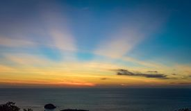 Ηλιοβασίλεμα με τις ακτίνες ήλιων Στοκ Φωτογραφίες