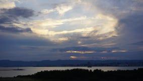 Ηλιοβασίλεμα με τον ουρανό και τη θάλασσα Στοκ φωτογραφία με δικαίωμα ελεύθερης χρήσης