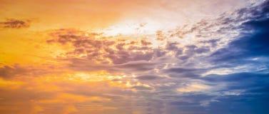 Ηλιοβασίλεμα με το δραματικό υπόβαθρο ουρανού Στοκ Εικόνες