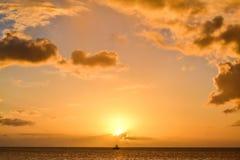 Ηλιοβασίλεμα νησιών της Δομίνικας στη σκιαγραφία Στοκ φωτογραφίες με δικαίωμα ελεύθερης χρήσης