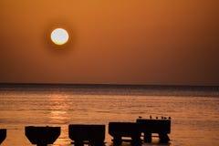 Ηλιοβασίλεμα νησιών της Δομίνικας στη σκιαγραφία Στοκ φωτογραφία με δικαίωμα ελεύθερης χρήσης