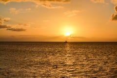 Ηλιοβασίλεμα νησιών της Δομίνικας στη σκιαγραφία Στοκ Φωτογραφία