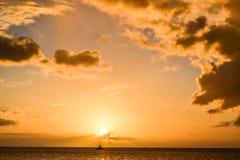 Ηλιοβασίλεμα νησιών της Δομίνικας στη σκιαγραφία Στοκ Φωτογραφίες