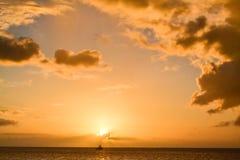 Ηλιοβασίλεμα νησιών της Δομίνικας στη σκιαγραφία Στοκ εικόνα με δικαίωμα ελεύθερης χρήσης