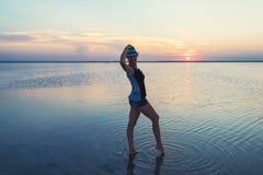 Ηλιοβασίλεμα ομορφιάς στην αλμυρή λίμνη στοκ φωτογραφία με δικαίωμα ελεύθερης χρήσης
