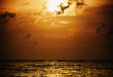 Ηλιοβασίλεμα ουρανού ή ανατολή με τη θάλασσα και θύελλα σύννεφων στο λυκόφως Στοκ Εικόνες