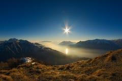 Ηλιοβασίλεμα πέρα από ένα τοπίο βουνών στοκ εικόνα