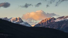 Ηλιοβασίλεμα πέρα από καλυμμένα τα χιόνι βουνά, εθνικό πάρκο Banff Στοκ Εικόνες