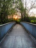 Ηλιοβασίλεμα πέρα από μια εγκαταλειμμένη γέφυρα μετάλλων που διασχίζει τον ποταμό Leine μέσα στοκ εικόνες