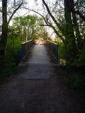 Ηλιοβασίλεμα πέρα από μια εγκαταλειμμένη γέφυρα μετάλλων στοκ εικόνες