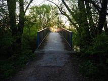 Ηλιοβασίλεμα πέρα από μια εγκαταλειμμένη γέφυρα μετάλλων στοκ εικόνα με δικαίωμα ελεύθερης χρήσης