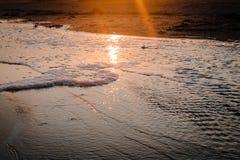 Ηλιοβασίλεμα πέρα από μια λίμνη παλίρροιας στην παραλία στοκ φωτογραφίες