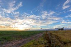 Ηλιοβασίλεμα πέρα από τα καλλιεργήσιμα εδάφη στοκ φωτογραφίες με δικαίωμα ελεύθερης χρήσης