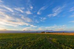 Ηλιοβασίλεμα πέρα από τα καλλιεργήσιμα εδάφη στοκ εικόνες με δικαίωμα ελεύθερης χρήσης