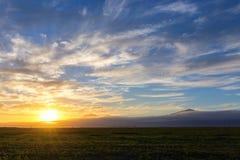 Ηλιοβασίλεμα πέρα από τα καλλιεργήσιμα εδάφη στοκ εικόνα