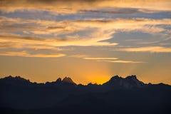 Ηλιοβασίλεμα πέρα από τα όρη Ζωηρόχρωμος ουρανός, αιχμές βουνών μεγάλου υψομέτρου με τους παγετώνες, Massif des Ecrins National π στοκ εικόνα με δικαίωμα ελεύθερης χρήσης