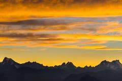 Ηλιοβασίλεμα πέρα από τα όρη Ζωηρόχρωμος ουρανός, αιχμές βουνών μεγάλου υψομέτρου με τους παγετώνες, Massif des Ecrins National π στοκ εικόνες