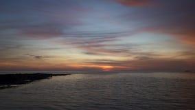Ηλιοβασίλεμα πέρα από την ήρεμη θάλασσα στη βόρεια Ουαλία φιλμ μικρού μήκους