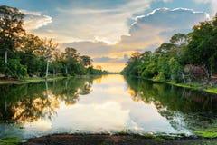 Ηλιοβασίλεμα πέρα από την αρχαία τάφρο που περιβάλλει Angkor Thom, Καμπότζη Στοκ Εικόνες