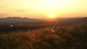 Ηλιοβασίλεμα πέρα από την εθνική οδό απόθεμα βίντεο