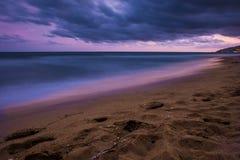 Ηλιοβασίλεμα πέρα από την παραλία σε Castelldefels Στοκ Εικόνες