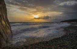 Ηλιοβασίλεμα πέρα από την παραλία χαλικιών Στοκ εικόνα με δικαίωμα ελεύθερης χρήσης