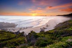 Ηλιοβασίλεμα πέρα από την παραλία Brenton--θάλασσας στη Νότια Αφρική στοκ φωτογραφία