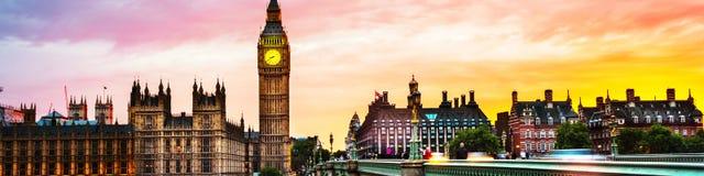 Ηλιοβασίλεμα πέρα από την πόλη του Λονδίνου, UK Ζωηρόχρωμος ουρανός πίσω από το Γουέστμινστερ και Big Ben Στοκ εικόνα με δικαίωμα ελεύθερης χρήσης