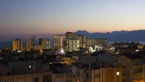 Ηλιοβασίλεμα πέρα από την πόλη Antalya με μια άποψη των βουνών Στοκ Εικόνες