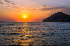 Ηλιοβασίλεμα πέρα από την τουρκική παραλία Gumusluk Στοκ εικόνα με δικαίωμα ελεύθερης χρήσης
