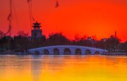 Ηλιοβασίλεμα πέρα από τη γέφυρα 7-αψίδων Στοκ Εικόνες