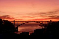 Ηλιοβασίλεμα πέρα από τη γέφυρα Arrabida στο Πόρτο, Πορτογαλία Στοκ Φωτογραφία