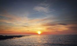 Ηλιοβασίλεμα πέρα από τη θάλασσα στη βόρεια Ουαλία στοκ εικόνα με δικαίωμα ελεύθερης χρήσης