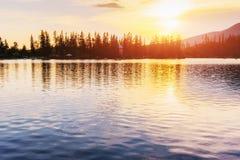 Ηλιοβασίλεμα πέρα από τη λίμνη Μεγαλοπρεπής λίμνη βουνών στο εθνικό πάρκο υψηλό Tatra Pleso Strbske, Σλοβακία Στοκ εικόνες με δικαίωμα ελεύθερης χρήσης