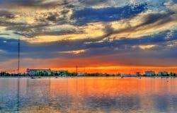 Ηλιοβασίλεμα πέρα από τη λίμνη πόλεων σε Navoi, Ουζμπεκιστάν στοκ εικόνες