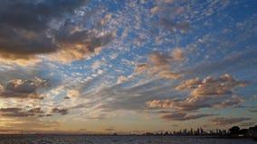 Ηλιοβασίλεμα πέρα από τη λίμνη στην παραλία του Μπράιτον στη Μελβούρνη, Αυστραλία στοκ εικόνες