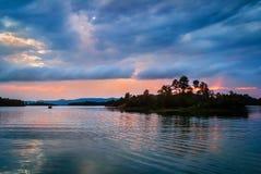Ηλιοβασίλεμα πέρα από τη λίμνη Kaptai, στοκ εικόνες