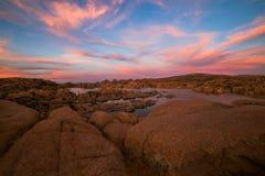 Ηλιοβασίλεμα πέρα από τη λίμνη Watson κοντά σε Prescott, Αριζόνα Στοκ φωτογραφία με δικαίωμα ελεύθερης χρήσης