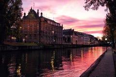 Ηλιοβασίλεμα πέρα από τη λεπτοκαμωμένη περιοχή της Γαλλίας στο Στρασβούργο, Γερμανία στοκ φωτογραφία