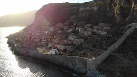 Ηλιοβασίλεμα πέρα από τη μικρή πόλη της Ελλάδας απόθεμα βίντεο