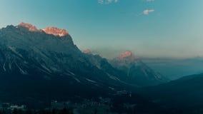 Ηλιοβασίλεμα πέρα από τις Άλπεις της Ιταλίας δολομιτών βουνών timelapse απόθεμα βίντεο