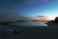 Ηλιοβασίλεμα πέρα από τις βίλες ύδατος Στοκ Φωτογραφία