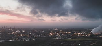 Ηλιοβασίλεμα πέρα από τις εργασίες του Ουίλτον, Middlesbrough από Eston Nab στοκ εικόνες